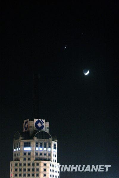 """12月1日在洛阳拍摄的""""双星伴月""""天象奇观,月亮和金星、木星同时出现在夜空中,远看犹如一张笑脸。"""