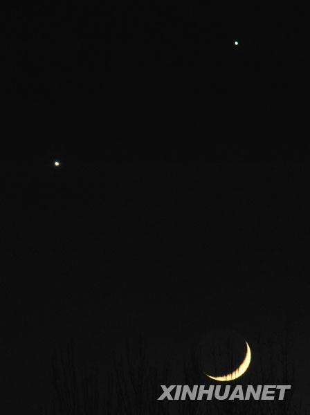 """这是12月1日晚在宁夏银川市拍摄的""""双星拱月""""。当日傍晚,全国大部分地区的西南方天空,弯月、金星、木星熠熠生辉,形成一个锐角三角形,上演美妙的""""双星拱月""""天象。"""
