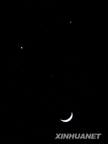 """这是12月1日晚在广州市拍摄的""""双星拱月""""。当日傍晚,全国大部分地区的西南方天空,弯月、金星、木星熠熠生辉,形成一个锐角三角形,上演美妙的""""双星拱月""""天象。"""